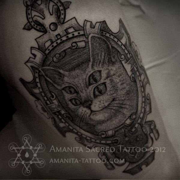 Arm Fantasie Katzen Dotwork Medallion Tattoo von Amanita Tattoo