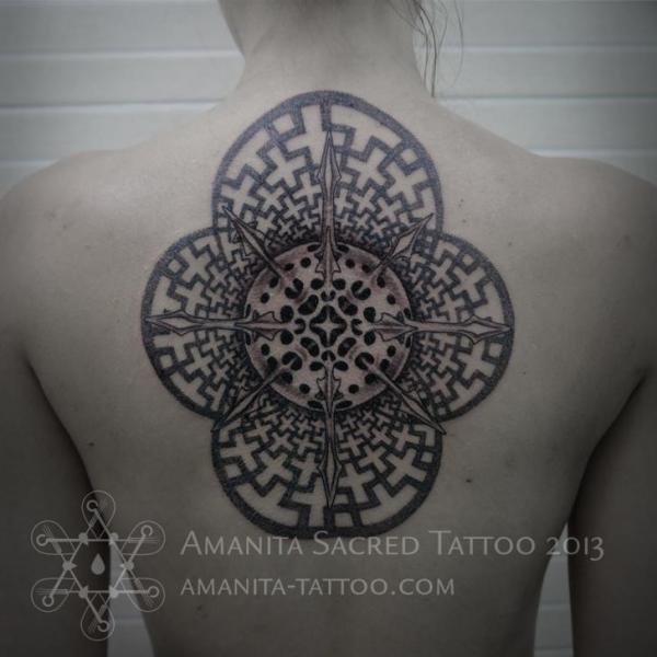 Rücken Dotwork Geometrisch Tattoo von Amanita Tattoo