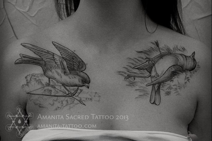 Dotwork Brust Vogel Tattoo von Amanita Tattoo