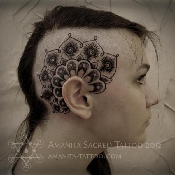 Tatuaje Flor Cabeza Dotwork por Amanita Tattoo