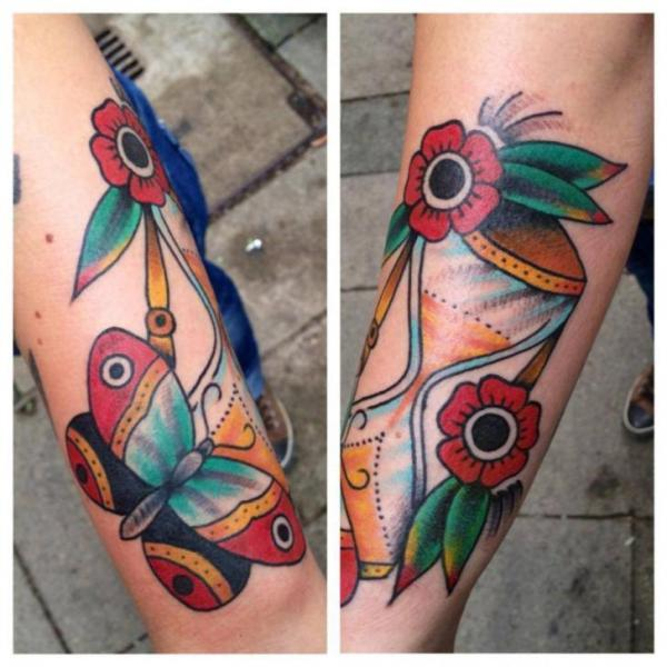 Arm Old School Schmetterling Wasseruhr Tattoo von Love Life Tattoo