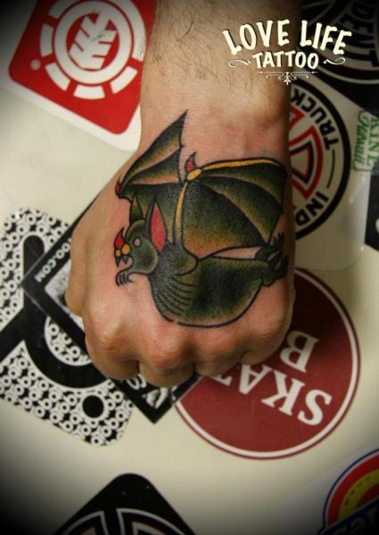 Old School Hand Fledermaus Tattoo von Love Life Tattoo