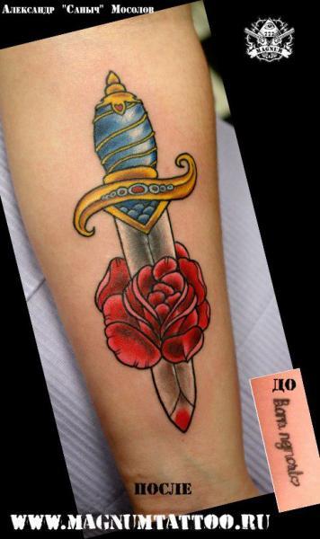 Arm Blumen Dolch Tattoo von Magnum Tattoo