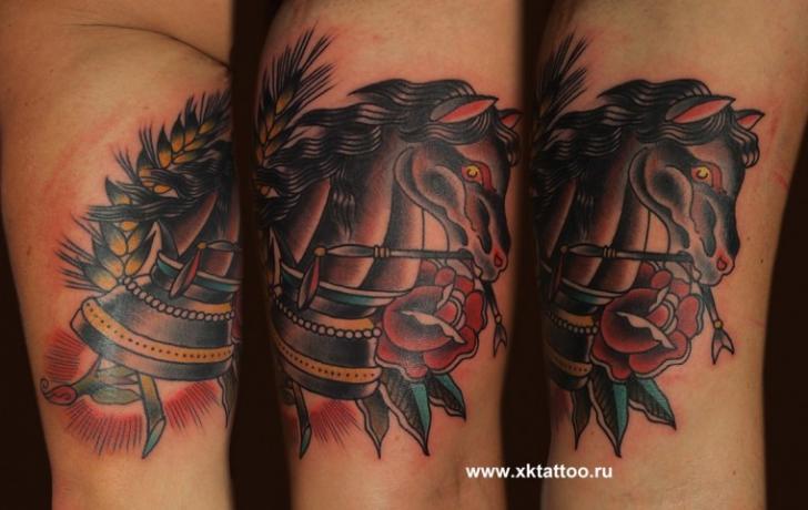 Tatuaggio Braccio Old School Scacchi Cavalli di XK Tattoo