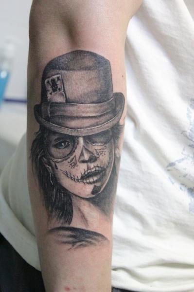 Tatuaggio Braccio Teschio Cappello di Baraka Tattoo
