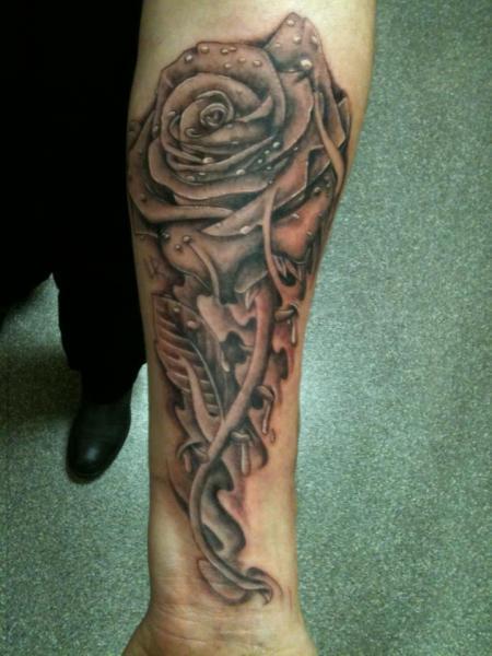 Tatuaje Brazo Realista Flor por Body Corner