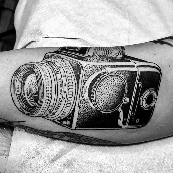 Tatuaje Brazo Cámara por Saved Tattoo