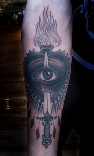 Tatuaggio Braccio Old School Cuore Occhio Pugnale di Saved Tattoo