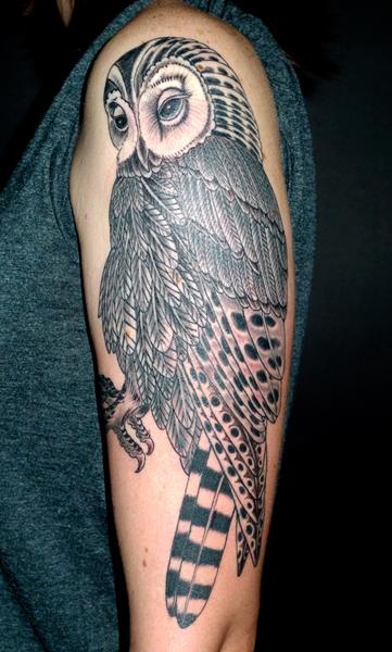 Tatuaggio Spalla Braccio Gufo Dotwork di Saved Tattoo