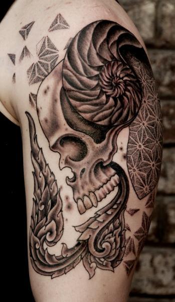 Tatuaggio Spalla Teschio Dotwork di Saved Tattoo