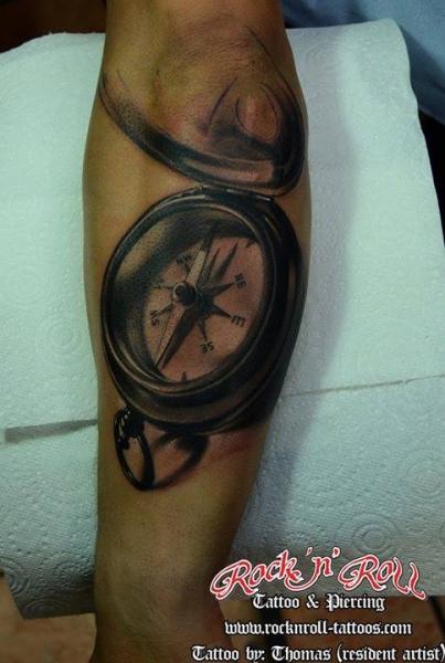 Tatuaggio Braccio Realistici Bussola 3d di Rock n Roll Tattoo
