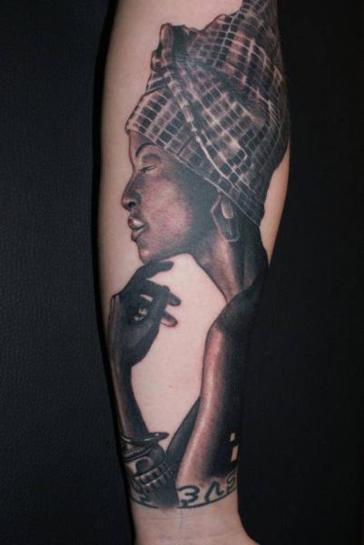 Arm Porträt Realistische Frauen Tattoo von Tattoos by Mini