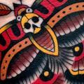 tatuaje Brazo Old School Polilla por Montalvo Tattoos