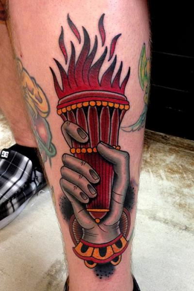 Tatuaje Old School Pierna Mano Llama por Montalvo Tattoos