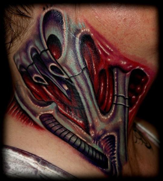 Tatuaje Biomecánica Cuello por Tattoo by Roman