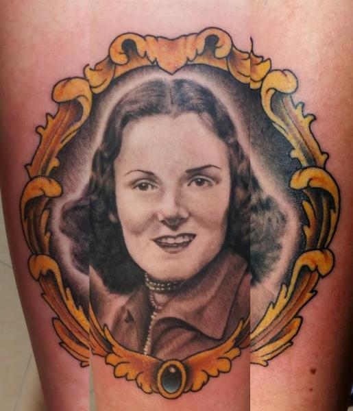 Porträt Realistische Medallion Tattoo von Spilled Ink Tattoo