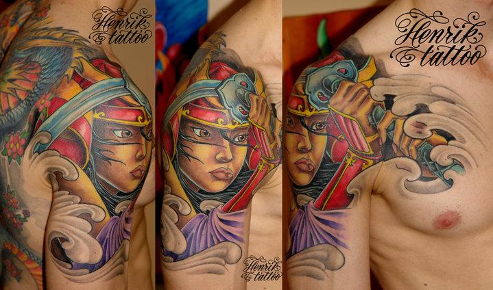 Tatouage Épaule Japonais Samouraï par Henrik Tattoo