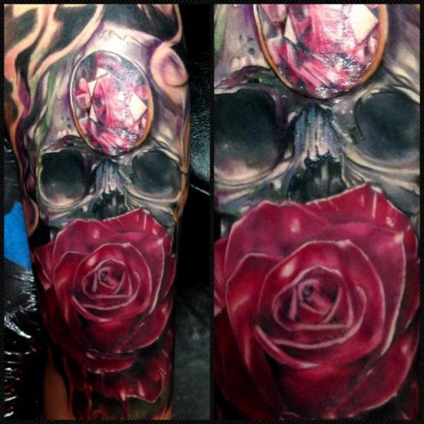 Tatuaje Brazo Flor Cráneo Diamante por Ron Russo