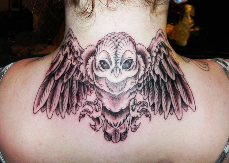 Realistische Nacken Eulen Tattoo von Dingo Tattoo