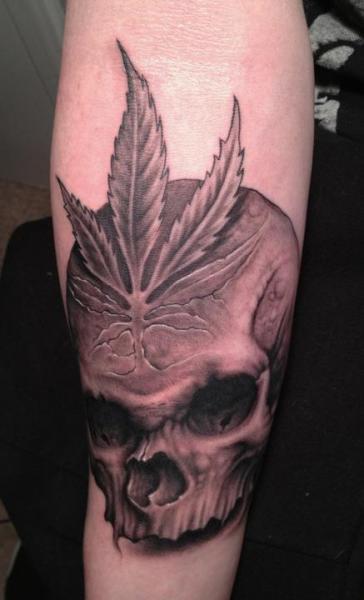 Arm Totenkopf Blatt Tattoo von Bob Tyrrel