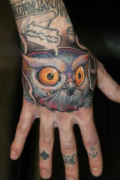Tatuaggio New School Mano Gufo di Victor Chil