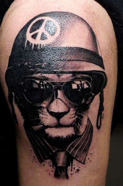 Tatuaje Hombro Fantasy Gato Casco Gafas por Radical Ink