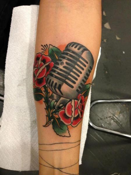 Arm New School Blumen Mikrofon Tattoo von Power Tattoo Company