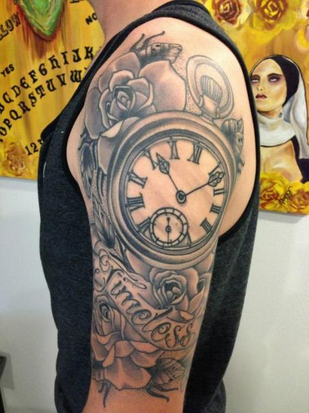 Tatuaje Hombro Brazo Reloj Old School por Power Tattoo Company