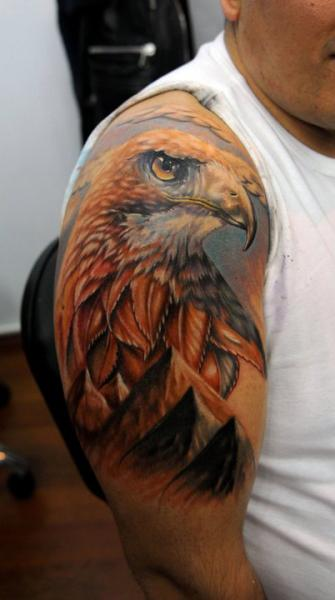 Tatuaje Hombro Realista Águila por Kronik Tattoo