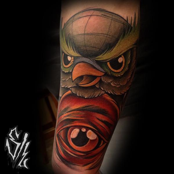 Tatuaje Brazo New School Ojo Búho por Sketchy Lawyer