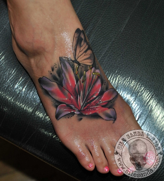 Fuß Blumen Schmetterling Tattoo von Sile Sanda