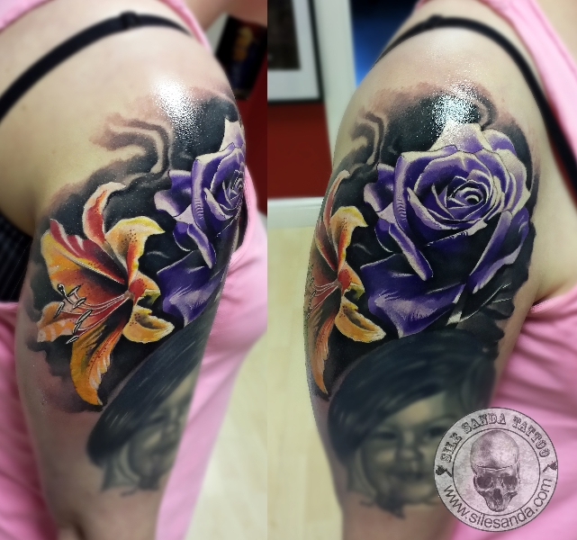 Shoulder Realistic Flower Tattoo by Sile Sanda