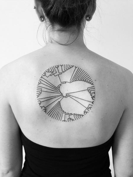 Rücken Geometrisch Tattoo von 2 Spirit Tattoo