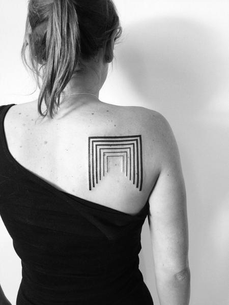 Schulter Geometrisch Tattoo von 2 Spirit Tattoo