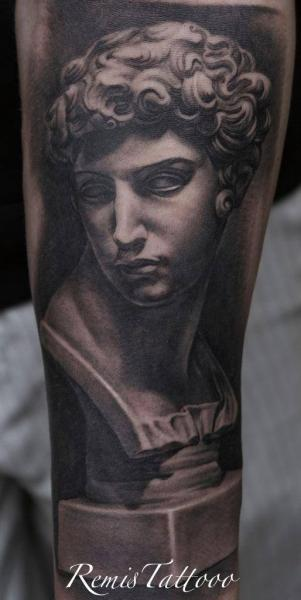 Arm Realistische Statue Tattoo von Remis Tatooo