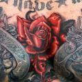 tatuaje Pecho Flor Letras Pistola por Tim Kerr