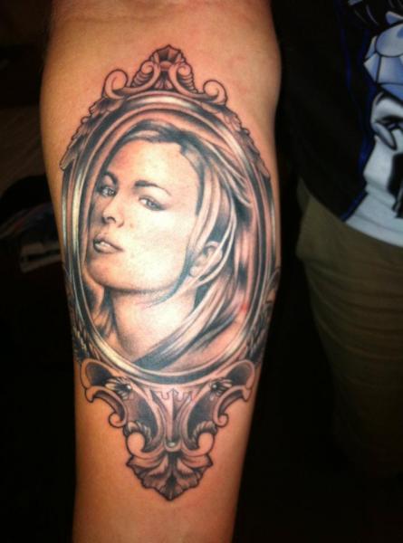 Tatuaggio Braccio Realistici Donne Specchio di Border Line Tattoos