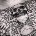 tatuaje Pecho Cráneo Clepsidra Alas por Border Line Tattoos