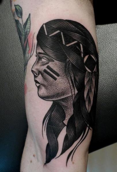 Tatuaje Brazo Indio Dotwork por Mariusz Trubisz