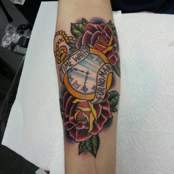 Tatuaje Brazo Reloj Old School Flor Letras por Alans Tattoo Studio