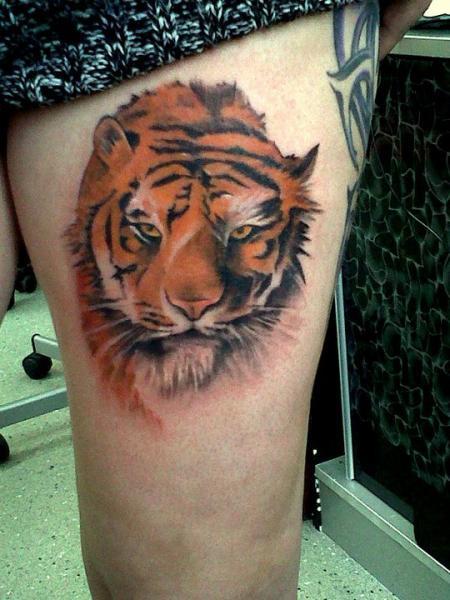 Realistische Tiger Oberschenkel Tattoo von Alans Tattoo Studio