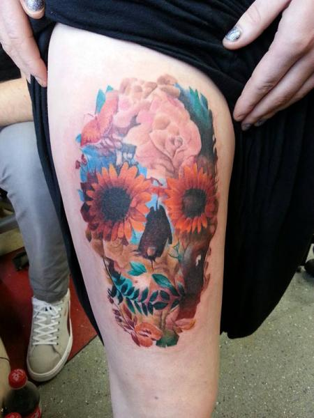 Tatuaggio Fiore Teschio Coscia di Alans Tattoo Studio