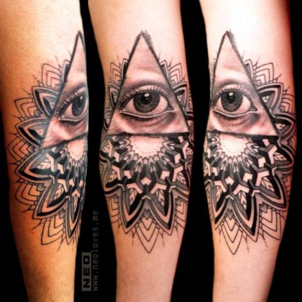 Tatuaje Brazo Dios Dotwork por DeLaine Neo Gilma