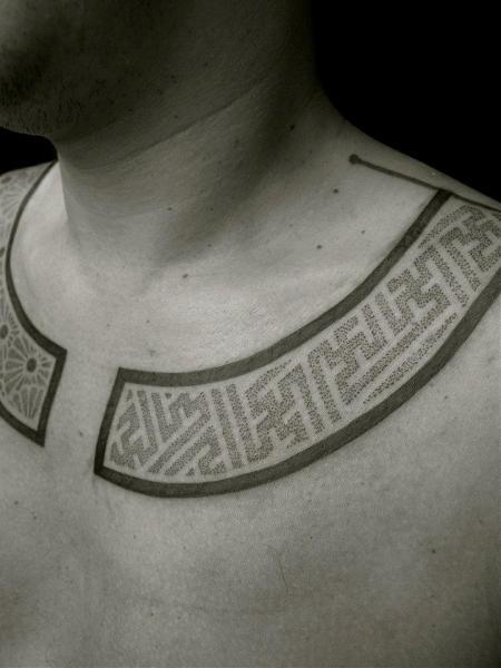 Tatuaggio Tribali Collo Dotwork di Apocaript
