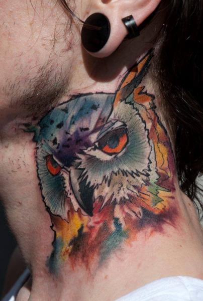 Tatuaje Cuello Búho por Dark Art Tattoo