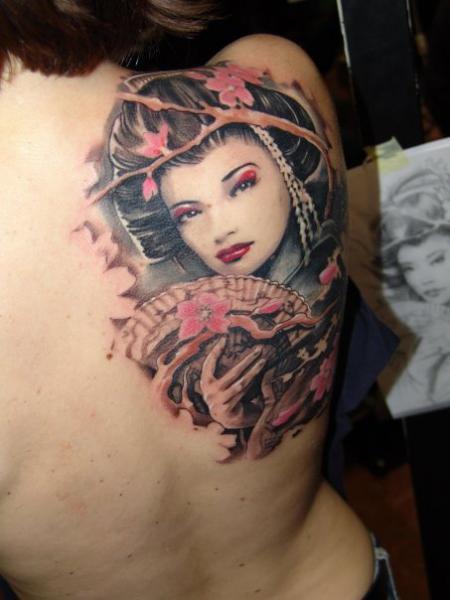 Tatuaje Hombro Japoneses Geisha por Dark Art Tattoo