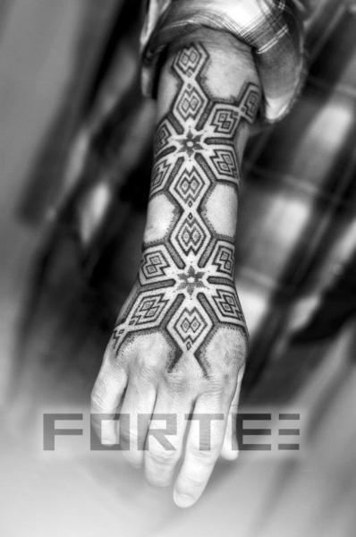 Tatuaje Brazo Mano Dotwork por Dillon Forte
