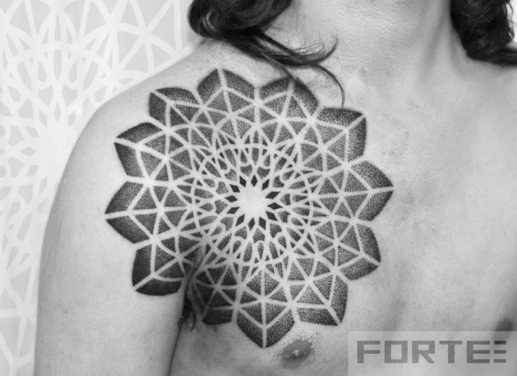 Tatuaje Pecho Dotwork Geométrico por Dillon Forte