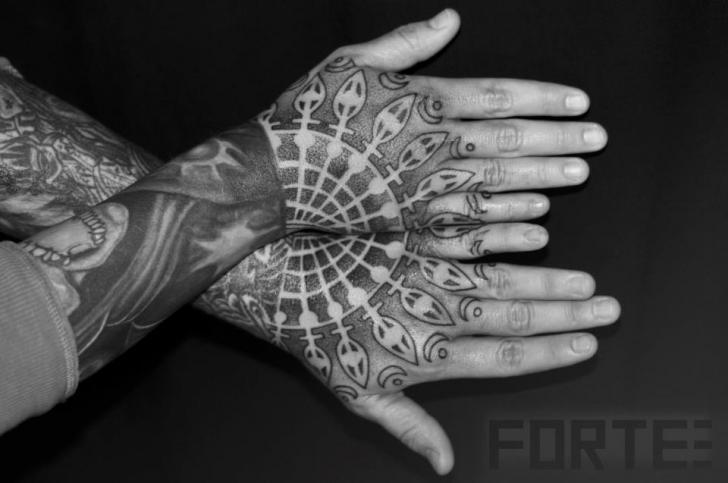 Hand Dotwork Geometrisch Tattoo von Dillon Forte