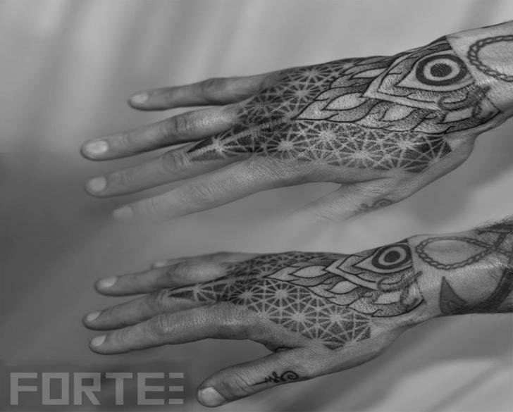 Tatuaggio Mano Dotwork di Dillon Forte